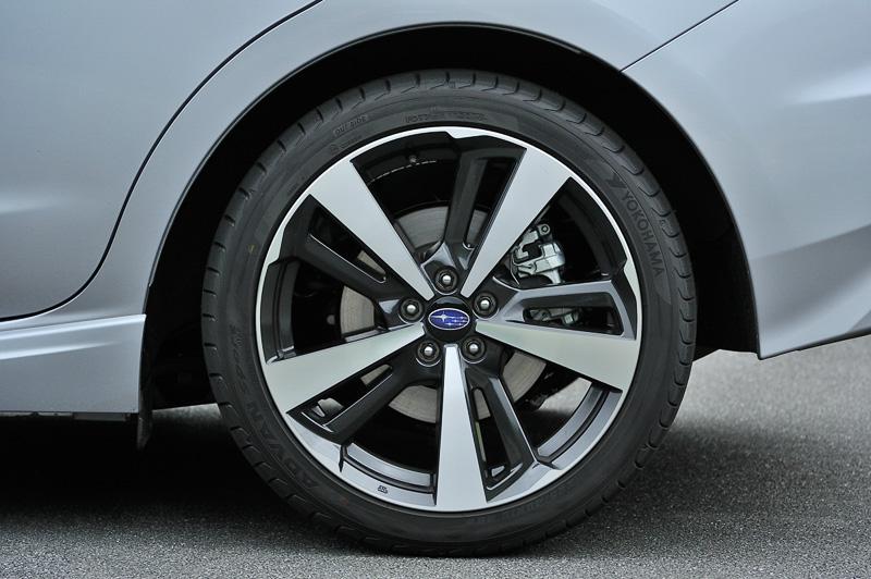 タイヤサイズは前後225/40 R18。試乗車はヨコハマタイヤ「アドバン スポーツ V105」を装着