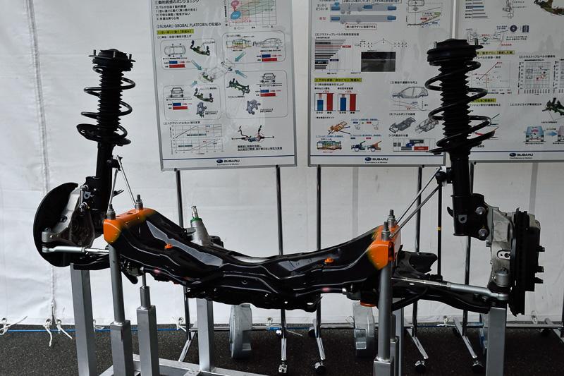 足まわりの単体展示。スタビライザーは1.6リッターモデルはフロントのみ、2.0リッターモデルは前後に装着。リアスタビライザーは新たに車体取り付けとなった