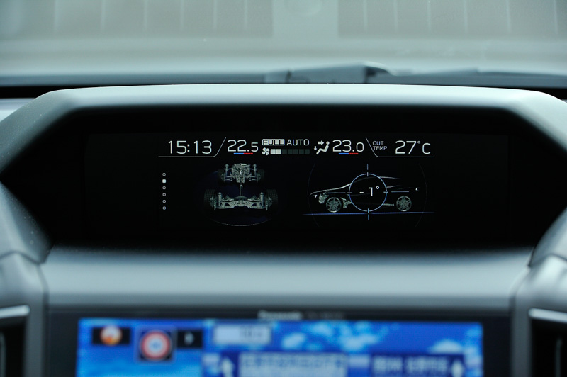 インパネ中央上部に6.3インチのマルチファンクションディスプレイを設置。灯火類の点灯状況やアイサイトの作動内容、航続可能距離などの情報をイラストなどを使って表示する