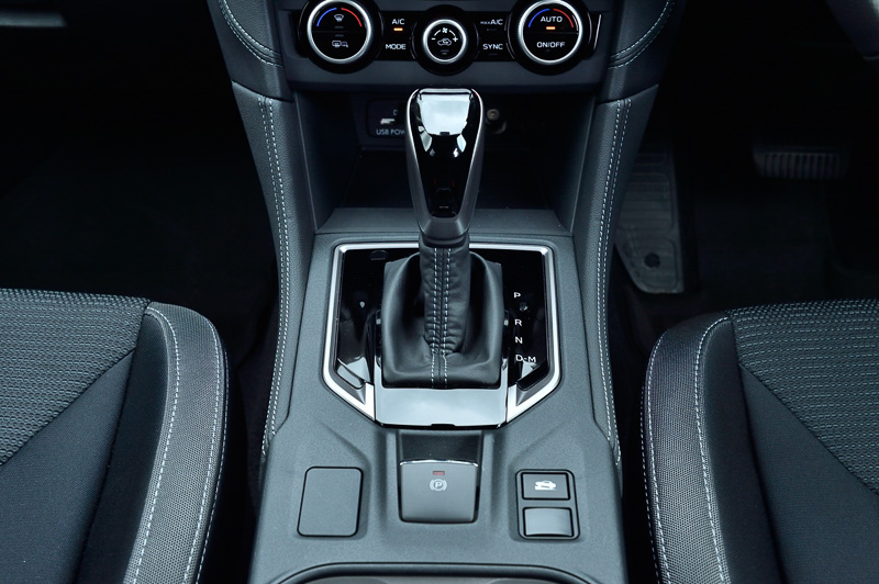 CVTのリニアトロニックには7速のマニュアルモードを備える。パーキングブレーキは電動タイプ