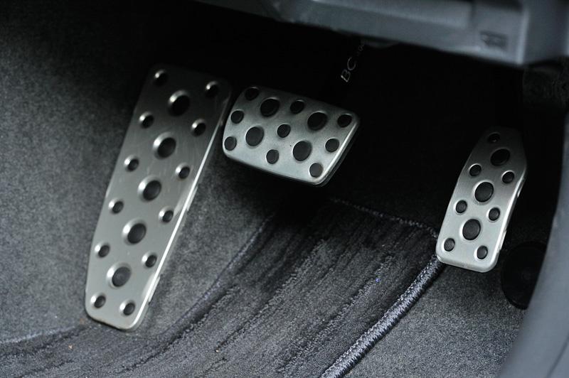 アルミパッド付スポーツペダル(左)は2.0i-S EyeSight専用アイテム。それ以外のグレードはゴム製ペダルとなる