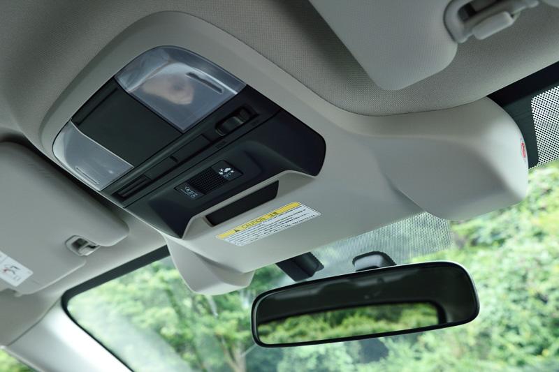 「アイサイト(ver.3)」を全車に標準装備。「SRH(ステアリング連動ヘッドランプ)」は2.0i-S EyeSightに標準装備、それ以外のグレードはオプション設定となる