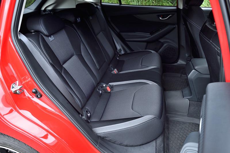 2.0i-L EyeSightでは運転席にレバー式のシートリフターを装備する