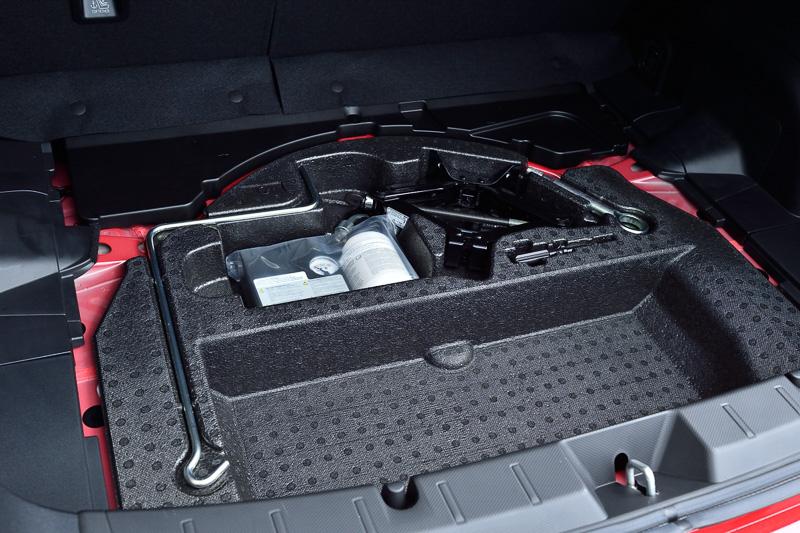 インプレッサ スポーツのラゲッジ容量は385L(VDA法)で、9.5インチゴルフバッグ3個を収納可能。フロア下にサブトランクを設定する