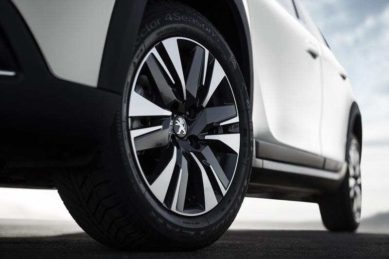 GT Lineは17インチの4シーズンタイヤを標準装備する