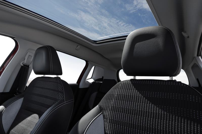電動シェードやアンビエンスライト付きのパノラミックガラスルーフは全車にオプション設定