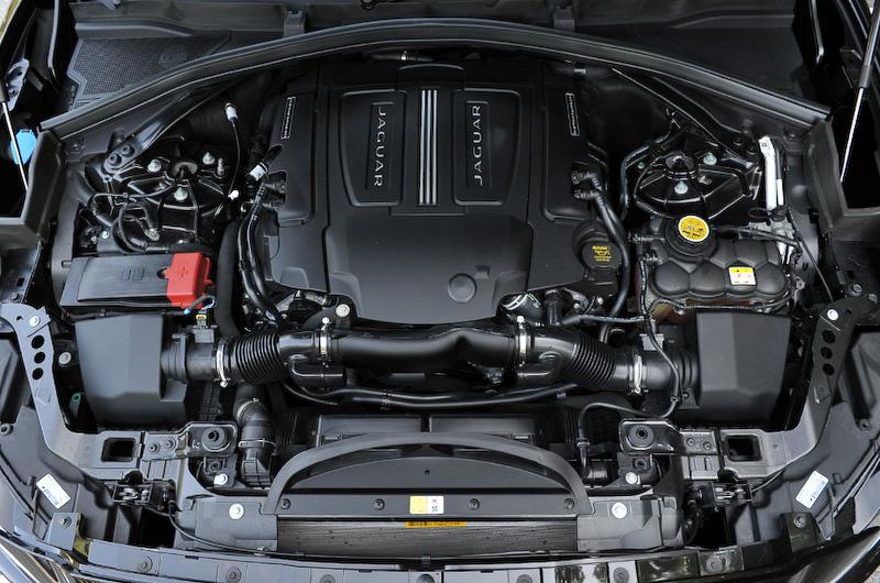 V型6気筒 3.0リッタースーパーチャージドエンジンは最高出力280kW(380PS)/6500rpm、最大トルク450Nm(45.9kgm)/3500rpmを発生。0-100km/h加速は5.5秒、最高速は250km/h。JC08モード燃費は10.1km/L