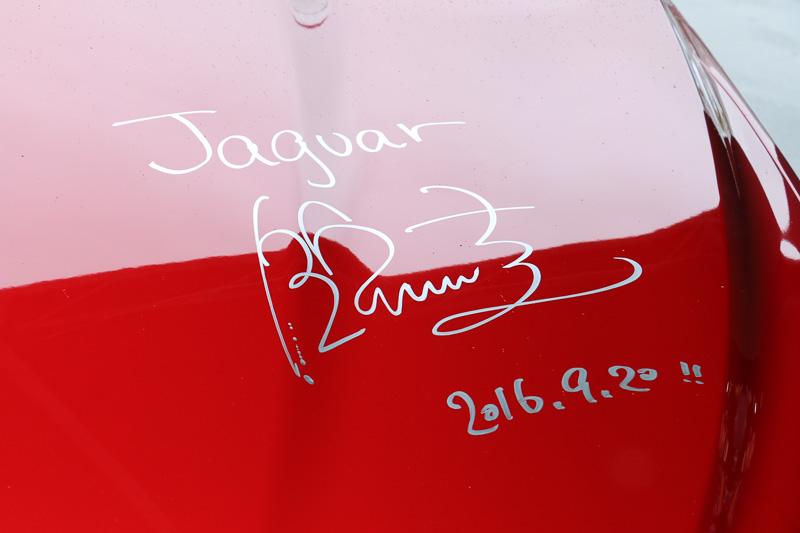 錦織選手が参加するジャガーのイベントで恒例となった「ボンネットサイン」が今回も行なわれ、世界に1台だけのF-PACEとなった