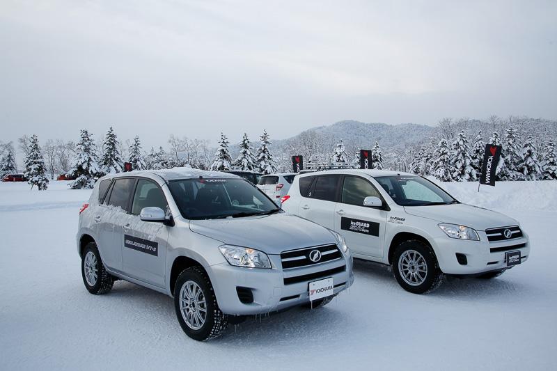 試乗車はトヨタ自動車の「RAV4」。左がジオランダー I/T-S装着車、右がアイスガード SUV G075装着車