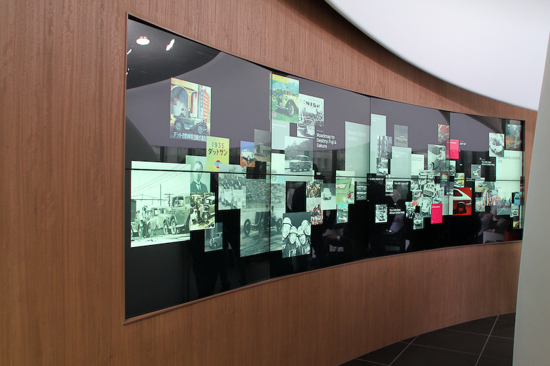 2階スペースで用意されるタッチスクリーン式のワイドスクリーン。ここでは過去の名車から未来に向けたさまざまな技術などについて見ることが可能になっている