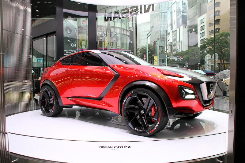 シリンダー型のショーケースに展示されるのは、2015年のフランクフルトモーターショーで世界初公開されたスポーツクロスオーバータイプのコンセプトカー「Gripz Concept (グリップス コンセプト)」。シリーズハイブリッドEVシステム「Pure Drive e-Power」を搭載