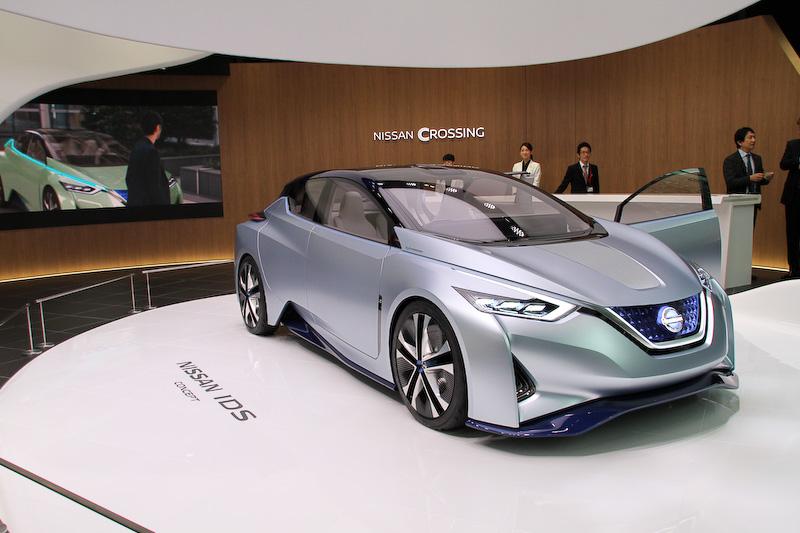 1階のセンターステージには2015年の東京モーターショーで世界初公開したEVベースの自動運転車「ニッサン IDS コンセプト」。意のままにクルマを操る楽しさと、自動運転により生み出される自由で創造的なゆとりの時間を楽しむという2面性を持つのが特徴になっている