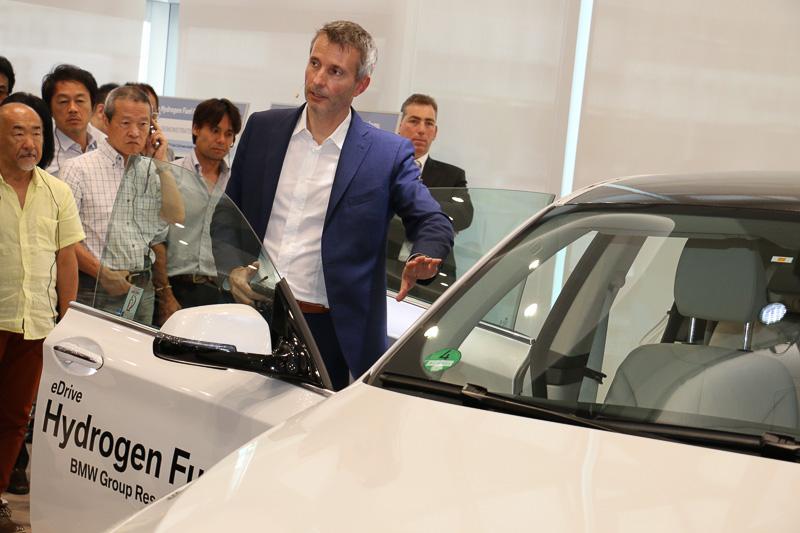 車両のドアやリアハッチを開け、車両の前後に必要なコンポーネントを分散したことで既存のガソリン車とほとんど変わらない居住スペース、ラゲッジ容量を確保していると解説するクリーツ氏