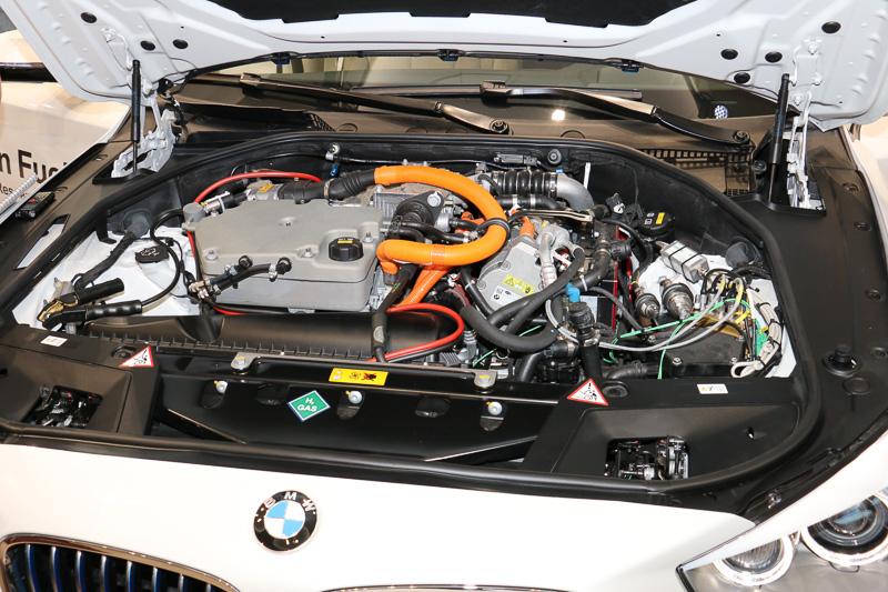 トヨタのミライと同じトヨタFCスタックを「5シリーズ グランツーリスモのエンジンルームに合うよう多少手を加えて搭載している」とのこと