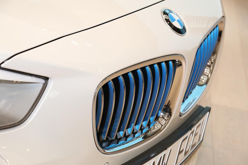 外観ではFCVであることを示す加飾として、フロントグリルのルーバー側面やバンパーなどにメタリックブルーの塗装が施されている