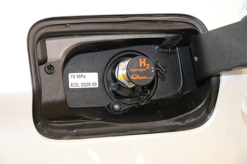 水素は700BAR(70MPa)の圧縮水素に対応。航続可能距離はEUサイクルで450km