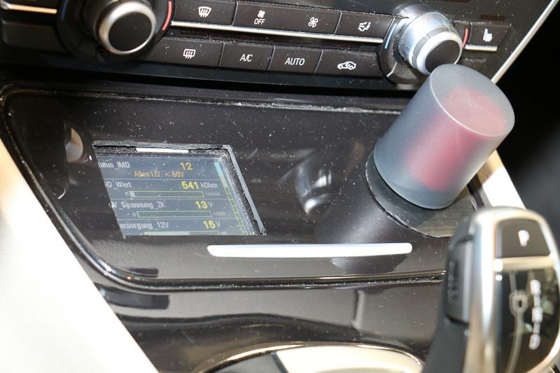 インテリアではセンターコンソールのシフトセレクター前方に、FCスタックの稼動状態を表示するディスプレイを追加。右側の赤いボタン(写真では展示用にカバーを設置されている)は緊急時にFCスタックなどを強制停止する装置
