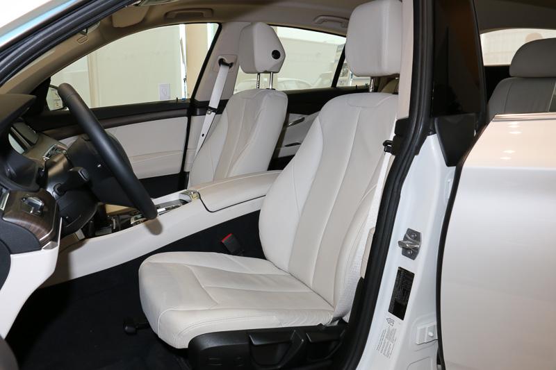 車両の中央に水素タンクが設置されているため、リアシートは中央にアームレストなどを設置する2人掛けに変更