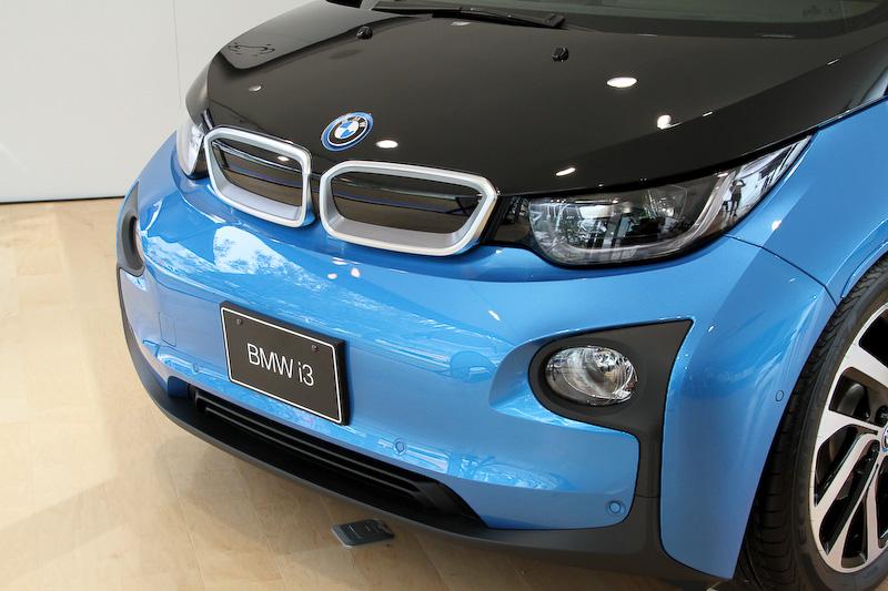 i8でのみ採用されていたプロトニック・ブルーのボディカラーをi3でも採用。i3のキドニー・グリルはエンジン搭載車と異なりクローズドタイプを採用する