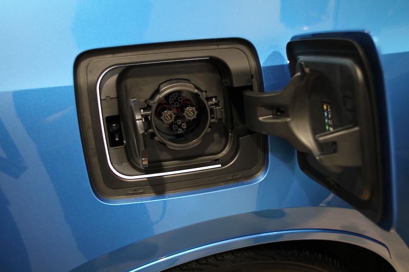 充電口は右リアフェンダーに設置。CHAdeMO(チャデモ)方式の急速充電に対応し、約45分で80%まで充電