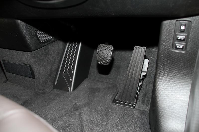 写真はSUITEのインテリア。ダルベルギア・ブラウンカラーのレザーをシートとダッシュボードに使用し、ダーク・オーク・マット・インテリア・トリムとの組み合わせによって上質で高級感のある雰囲気を演出。ラゲッジルーム容量は260Lで、後席を折りたたむと1100Lまで拡大する