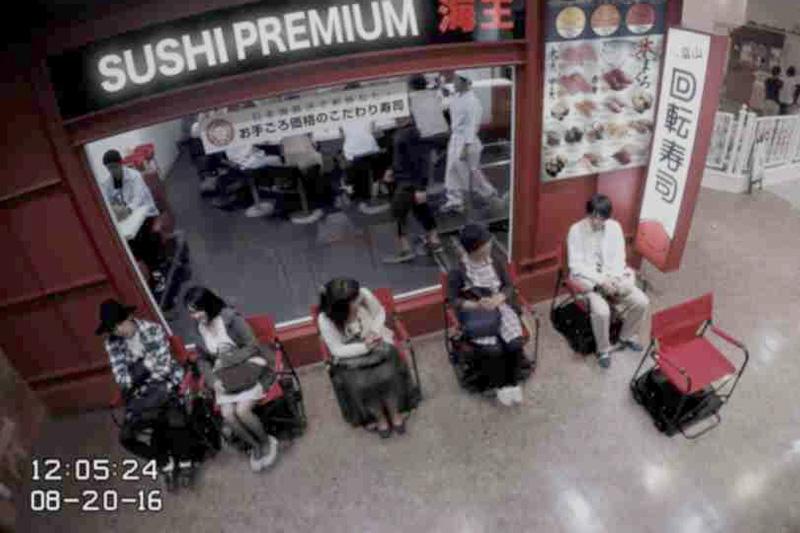 動画内で紹介されている回転寿司店での順番待ちシーン