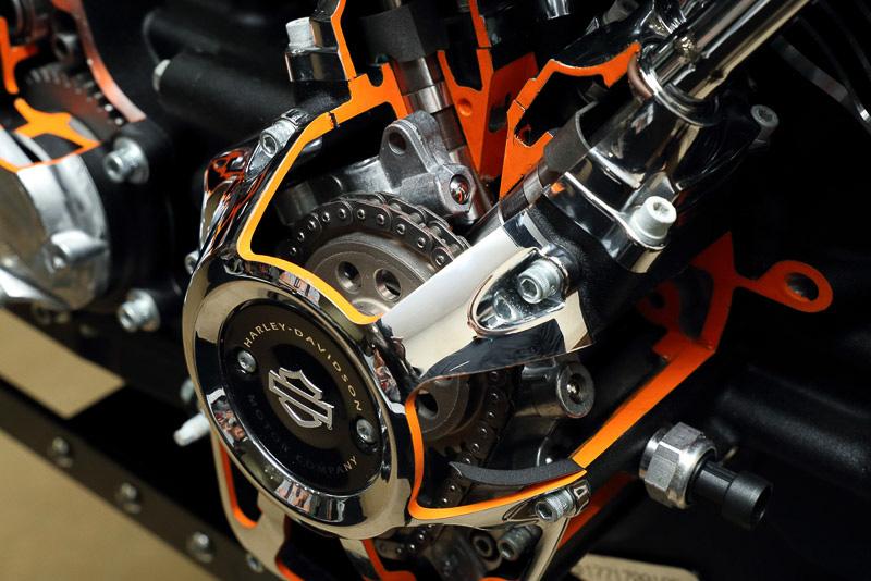 ミルウォーキーエイトエンジンのカットモデル。シングルカムとなったことで、2本のロッカーアームがカム付近でクロスするかのように配置される
