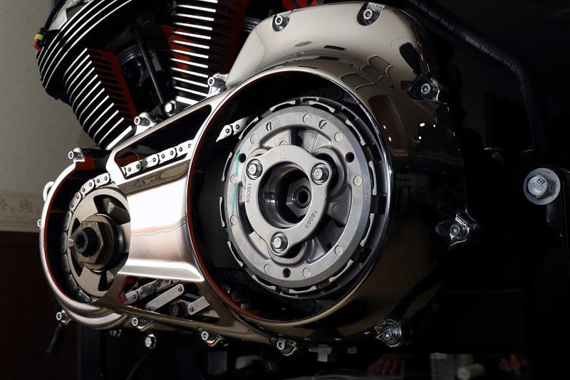 エンジン左側。新型充電システムにより、アイドル時回転数が850rpmであるにもかかわらず、発電量は従来比50%増とした
