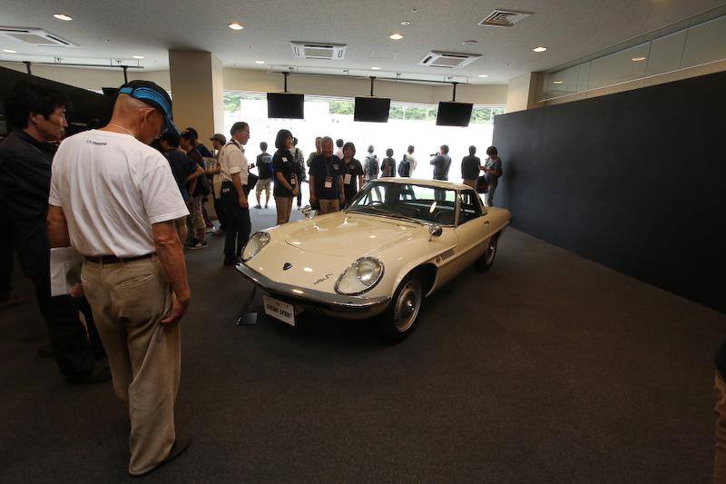 マツダのエンジニアがレストアを行なったコスモスポーツが展示され、撮影会も実施された