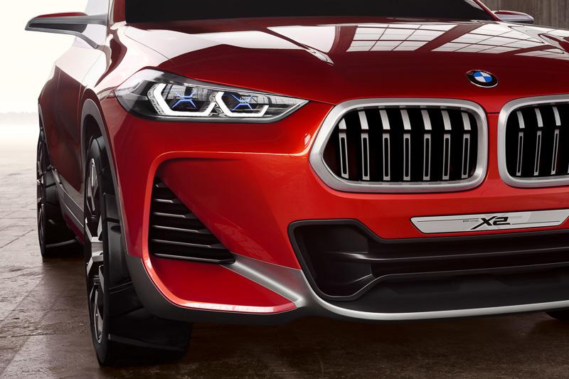 ヘッドライト内部に持つX形状の青いランプやCピラーのBMWメーカーエンブレムなど、外観デザインで目新しさを演出