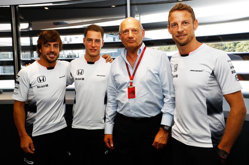 2017年にジェンソン・バトン(写真右)に変わり、ストフェル・バンドーン(写真中央左)がフェルナンド・アロンソ(写真左)とレースドライバーを務める。写真中央右はマクラーレン会長兼CEOのロン・デニス氏