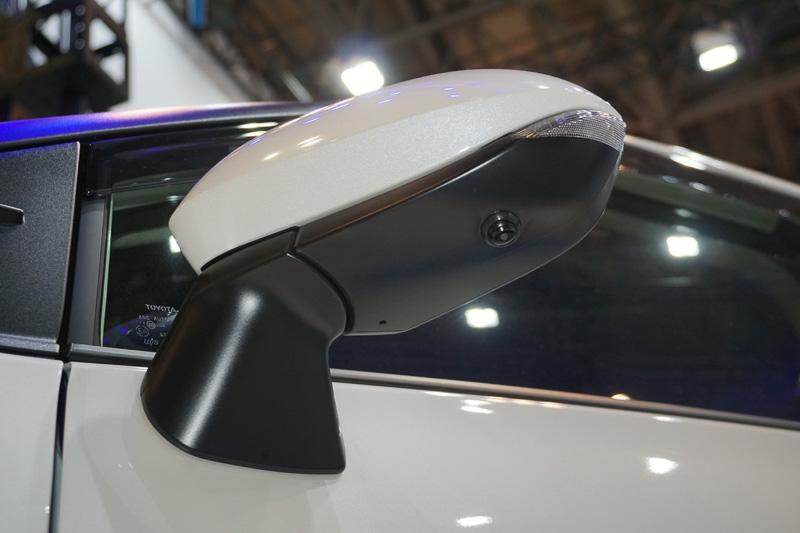 車体に取り付けたマルチカメラ(4台)のカメラ映像をクラリオン独自の画像処理技術で高精度な合成画像として表示することで、ドライバーが不安を感じるクルマの周辺視界を補助し、安全運転・駐車をサポートする映像システム「SurroundEye(サラウンドアイ)」を紹介