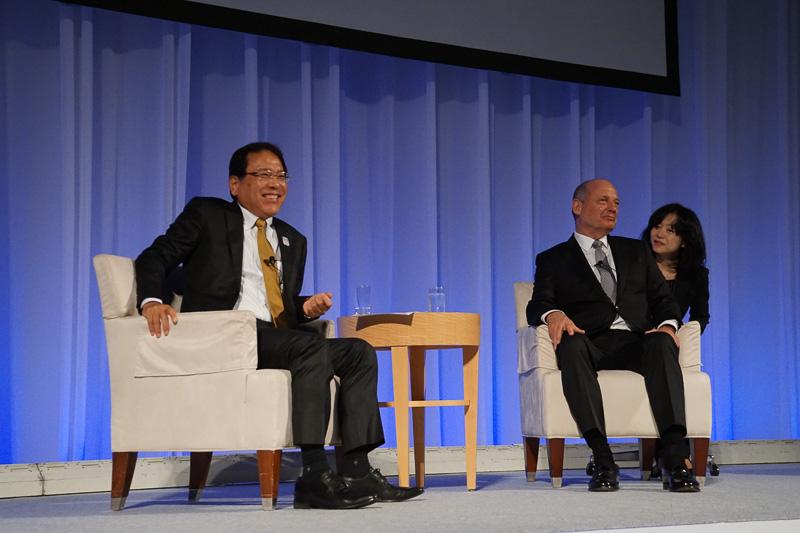 左からエヌ・ティ・ティ・コミュニケーションズ株式会社 代表取締役社長の庄司哲也氏、マクラーレン・テクノロジー・グループ エグゼクティブチェアマンのロン・デニス氏