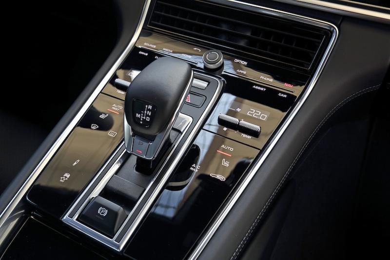 ダッシュボードの中央部に12.3インチのタッチスクリーンを持つ次世代ポルシェ コミュニケーション マネージメント システム(PCM)を採用。リアシートは40:20:40分割可倒式となる。そのほかパノラミックチルトルーフ、マッサージシート、アンビエントライト、Burmester 3Dハイエンドサウンドシステムといったオプションも用意される