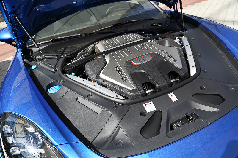V型8気筒 4.0リッターツインターボエンジンは最高出力404kW(550PS)/5750-6000rpm、最大トルク770Nm/1960-4500rpmを発生。最高速は306km/h、0-100km/h加速は3.8秒