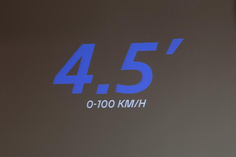 エンジンの詳細は非公開だったが、0-100km/h加速4.5秒という数値が公開された。トランスミッションはDCTとのこと。なお、アルピーヌ・ヴィジョンのシャシーは独自のもので、ほかの車種との共用ではないという