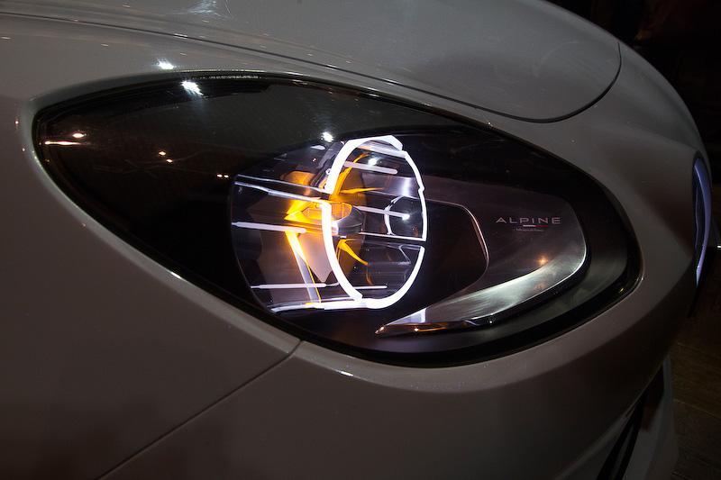 4リングのヘッドライトはA110のイメージを取り入れたもの。この4灯に加えてボンネットのプレスラインもA110をイメージしたデザインだ