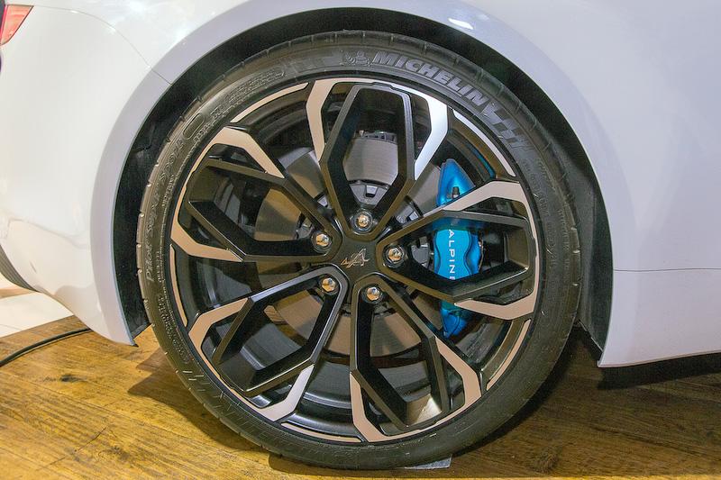 ホイールデザインについて、資料にはエレガントさとスピードを感じさせるダイヤモンドチューンホイールと解説されていた。タイヤはミシュラン「パイロットスーパースポーツ」で、サイズはフロントが225/35 R19、リアが245/35 R19。ブレーキは前後とも4ピストンキャリパーを採用