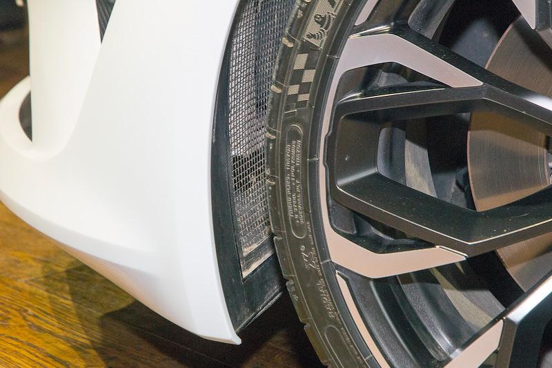 ホイールはエアバルブがスポークの裏側に配置されているデザインを採用。見た目もいいし、接触時にバルブの損傷を防ぐ効果もある。左右フロントのインナーにはエア抜き用のメッシュがあった。バンパー内に何らかのクーラーコアが装備されているのかもしれない