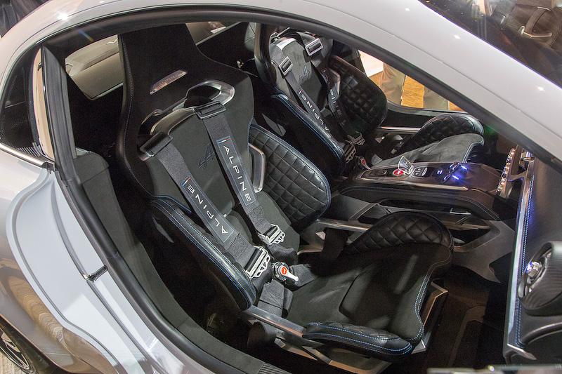 シートもフレーム部分をあえて見せるデザイン。左右同じシートでフルハーネスシートベルト付き