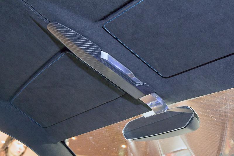 ルームミラーの作りは個性的。ドアトリムはデザインもいいが、素材の使い方もカッコいい。ドアを開けるのはボタン式で、電動で開く