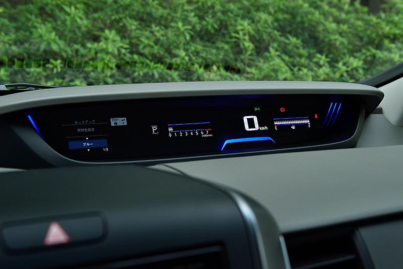新型フリードではメーターパネルとヒーターコントロールパネルの照明色を6色から選択可能