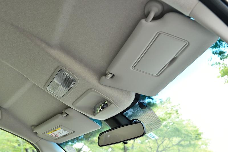 フロントウィンドウの上側を広げてドライバーシートからの見上げ角を拡大し、広さ感を演出。それに従いサンバイザーも大型のものを採用している