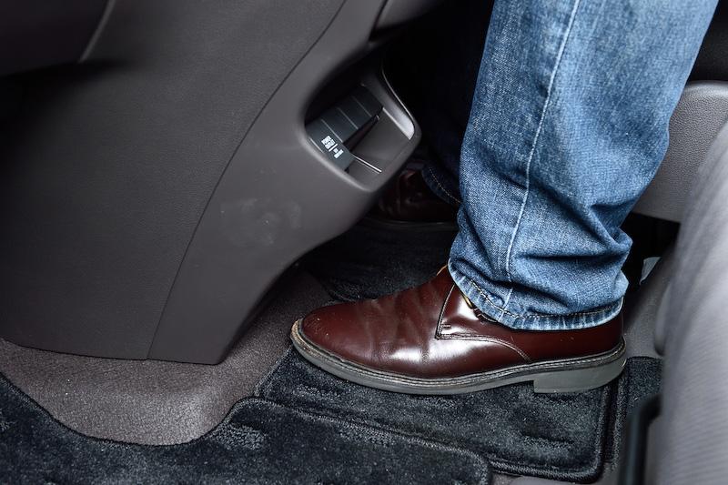 シートの間隔が広いおかげで運転席と助手席間の横移動や、1列目~2列目間のウォークスルーがしやすい