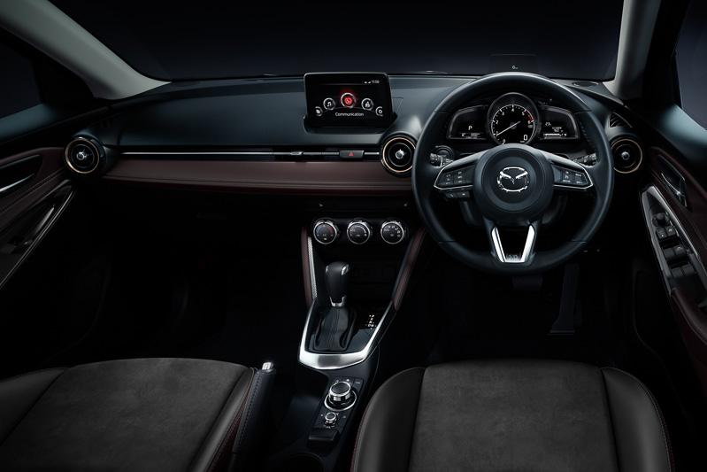 シート座面にスエード調人工皮革であるグランリュクスを使う黒革内装