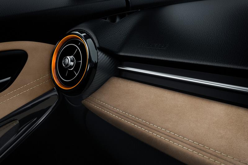 Tailored Brownのインテリアは、ライトブラウンとブラックを基調に、エアコンアウトレットベゼルなどにオレンジのアクセントを使用
