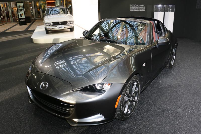 発売を控えた最新モデルの「MX-5 RF」(手前)と、1969年式の「ルーチェ ロータリークーペ」(奥)の2台を車両展示