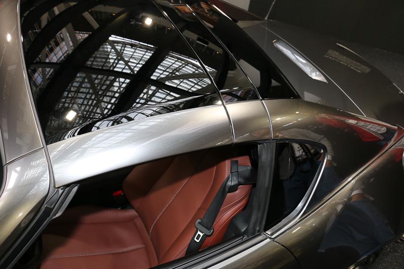 オープンカーはルーフが前後に移動することから、走行性能に一貫性を持たせるバランス取りで非常に苦労するとのことで、当然ながらルーフが重くなるほど統一感のある走りの実現は難しくなる。3分割となるMX-5 RFのルーフでは、車両前方側からアルミ、スチール、樹脂と用途に応じて材料を使い分けている。現在の技術では高張力鋼板が使えるスチールが最も重量を抑えられるものの、比例して強度を保ちにくくなるため、面積の広い前方側はアルミを使っている。後方側は非常に複雑な面構成となっているので、これは樹脂でなければ不可能であると中山氏は語る