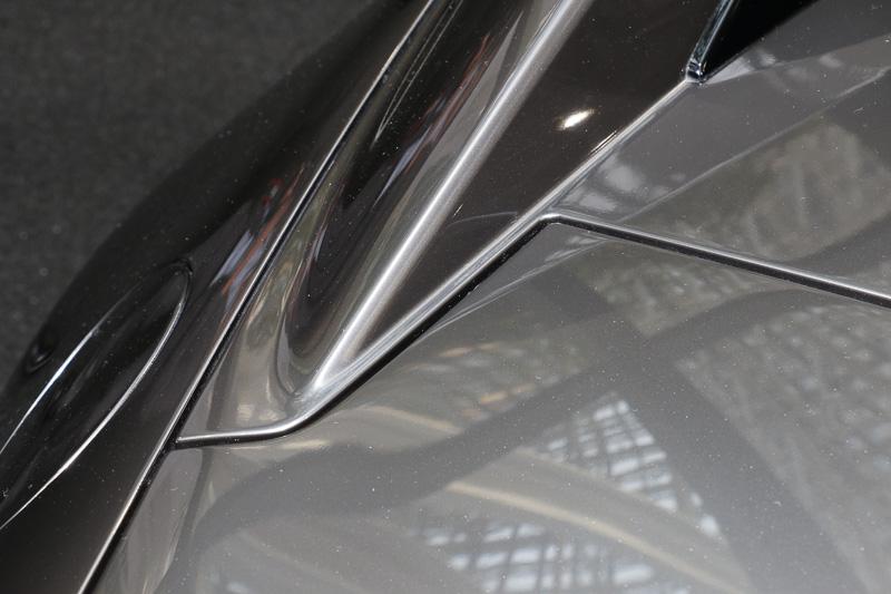 可動式のファストバック部分とトランクリッドは直線基調の台形フォルムとしているが、これは中山氏がこだわった部分とのこと。流麗なファストバックの形状とトランク開口部の広さを両立させる目的に加え、昔のSF作品で登場した電動ドアが単純な直線の分割線ではなく、凹凸をかみ合わせたような形状となっていたイメージを表現している