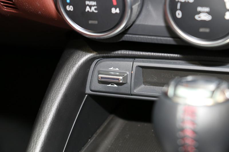 左ハンドルのMX-5 RFは、シフトセレクター前方の左側に電動トップの操作スイッチをレイアウト